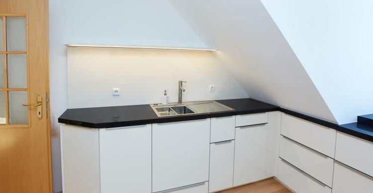 Küche mit einer Arbeitsplatte in Quarzstein-led