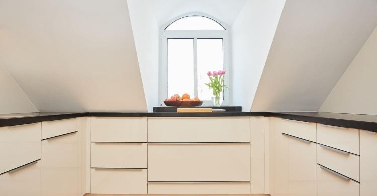 Küche mit einer Arbeitsplatte in Quarzstein-schrägen