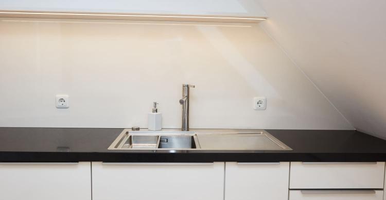 Küche mit einer Arbeitsplatte in Quarzstein-spülbecken