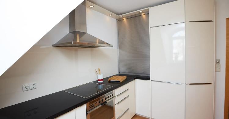 Küche mit einer Arbeitsplatte in Quarzstein-wand