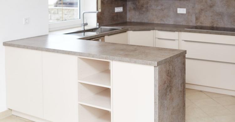 Gestaltung einer Küche in Sandbeige mit einer Arbeitsplatte ...