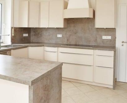 küche-sanbeige-mit-arbeitsplatte-steindekor-headerbild