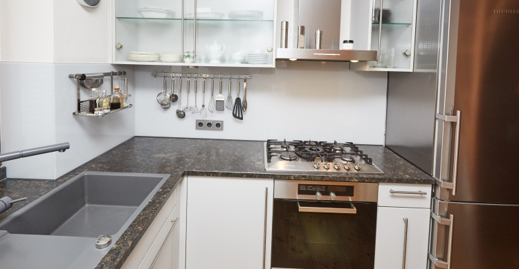 küchenfronten-aus-glas-und-natursteinplatte-glas