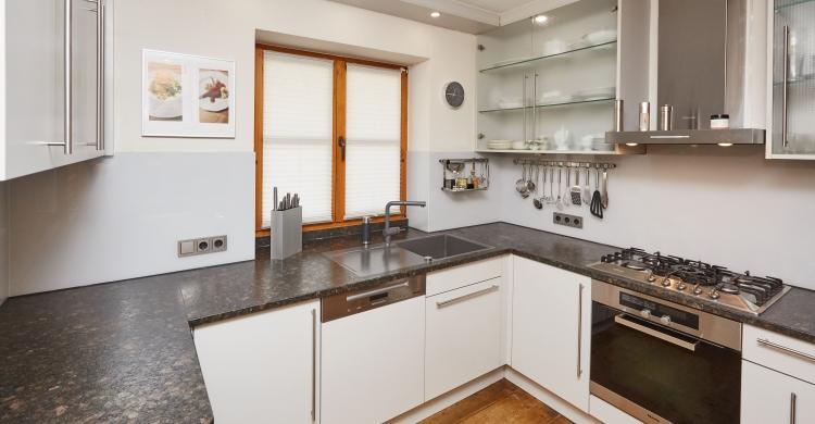 küchenfronten-aus-glas-und-natursteinplatte-küchenfronten