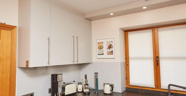 küchenfronten-aus-glas-und-natursteinplatte-oberschränke