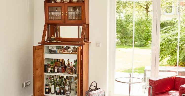 arbeitsplatte-in-marmoroptik-wohnzimmerschrank