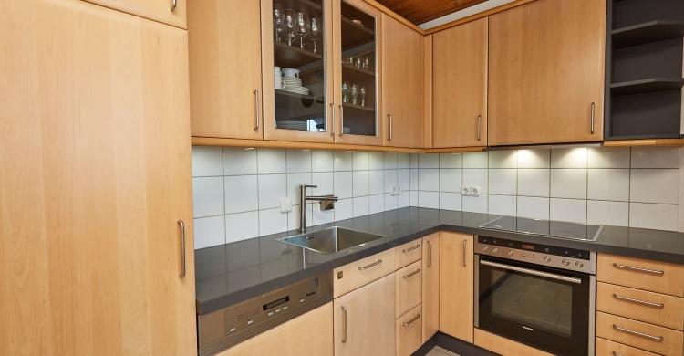 Küche mit Quarzsteinplatte